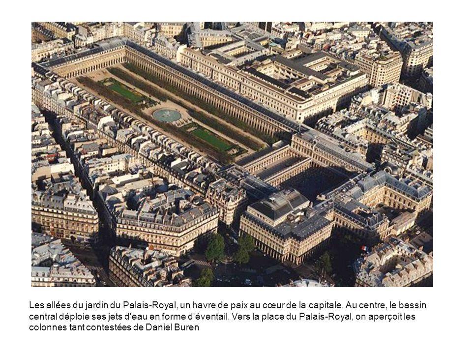 Les allées du jardin du Palais-Royal, un havre de paix au cœur de la capitale. Au centre, le bassin central déploie ses jets d'eau en forme d'éventail