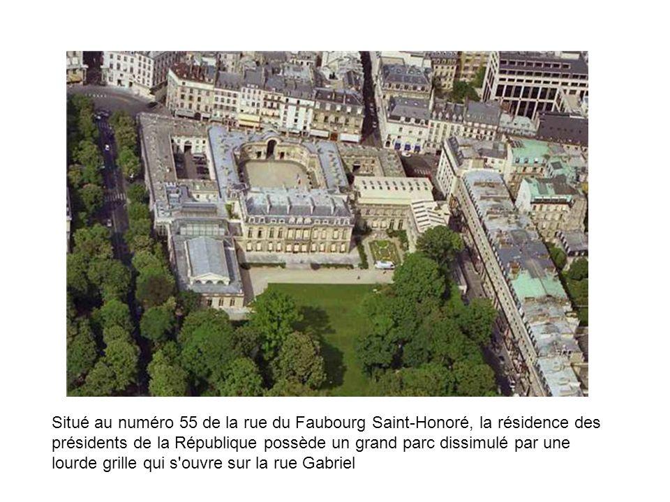 Situé au numéro 55 de la rue du Faubourg Saint-Honoré, la résidence des présidents de la République possède un grand parc dissimulé par une lourde gri