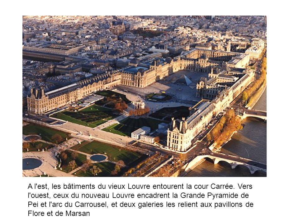 A l'est, les bâtiments du vieux Louvre entourent la cour Carrée. Vers l'ouest, ceux du nouveau Louvre encadrent la Grande Pyramide de Pei et l'arc du