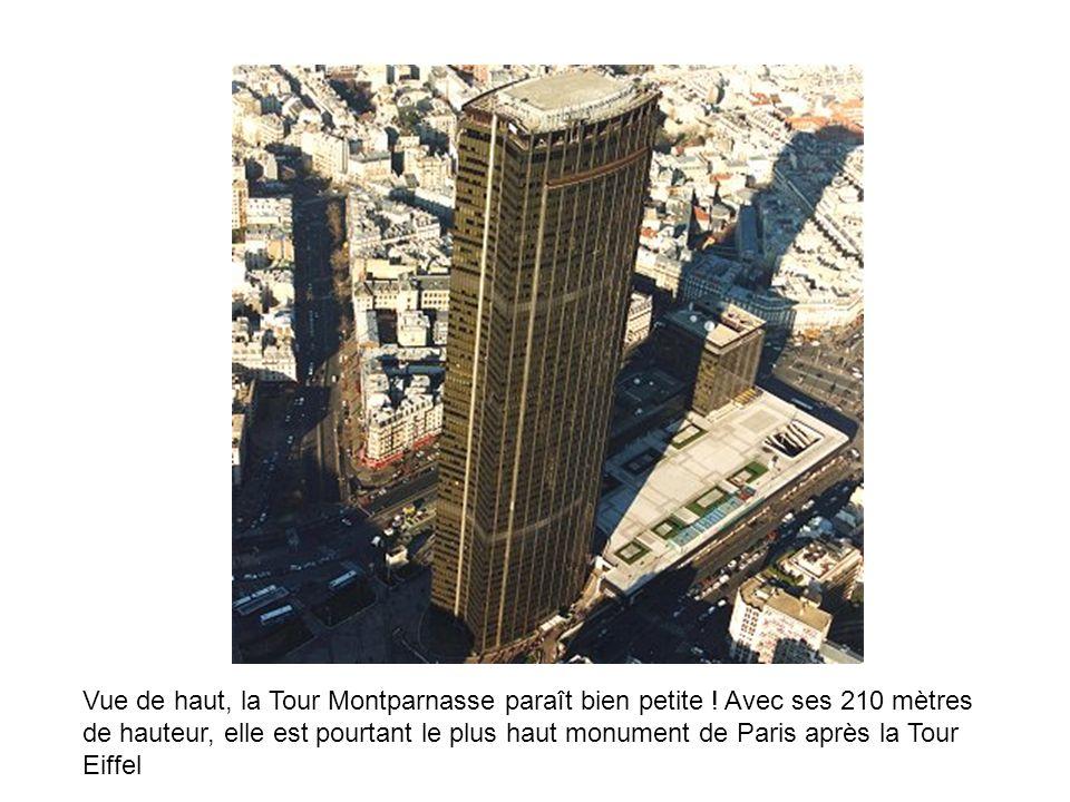 Vue de haut, la Tour Montparnasse paraît bien petite ! Avec ses 210 mètres de hauteur, elle est pourtant le plus haut monument de Paris après la Tour