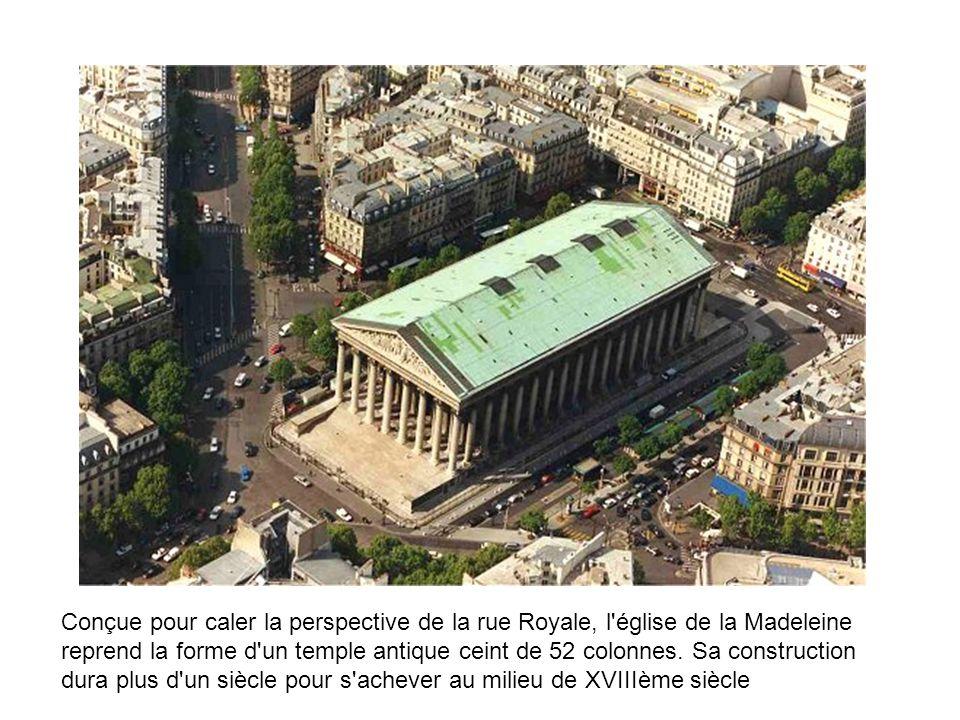 Conçue pour caler la perspective de la rue Royale, l'église de la Madeleine reprend la forme d'un temple antique ceint de 52 colonnes. Sa construction