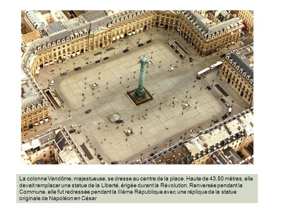 La colonne Vendôme, majestueuse, se dresse au centre de la place. Haute de 43,50 mètres, elle devait remplacer une statue de la Liberté, érigée durant