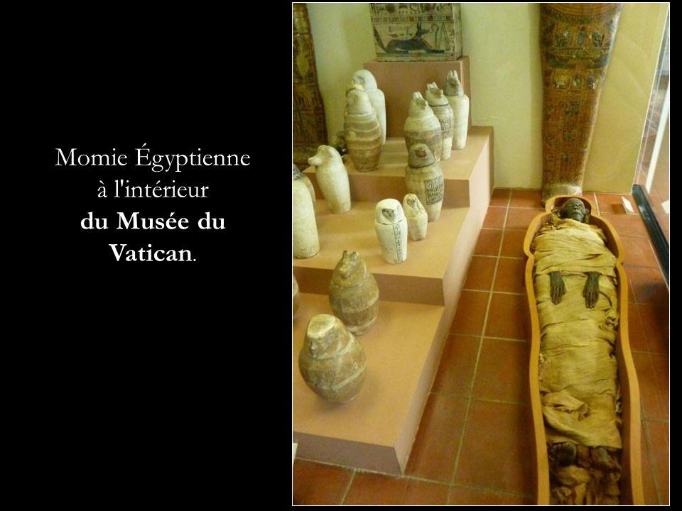 Momie Égyptienne à l'intérieur du Musée du Vatican.