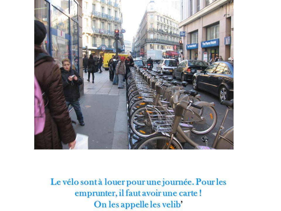 Le vélo sont à louer pour une journée. Pour les emprunter, il faut avoir une carte ! On les appelle les velib