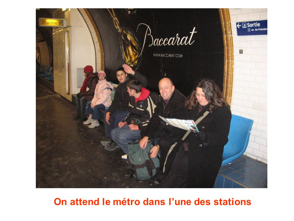 On attend le métro dans lune des stations