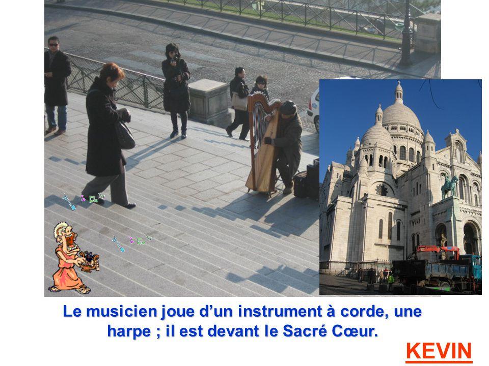 Le musicien joue dun instrument à corde, une harpe ; il est devant le Sacré Cœur. KEVIN