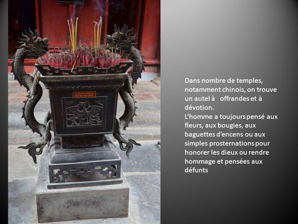 Dans nombre de temples, notamment chinois, on trouve un autel à offrandes et à dévotion.