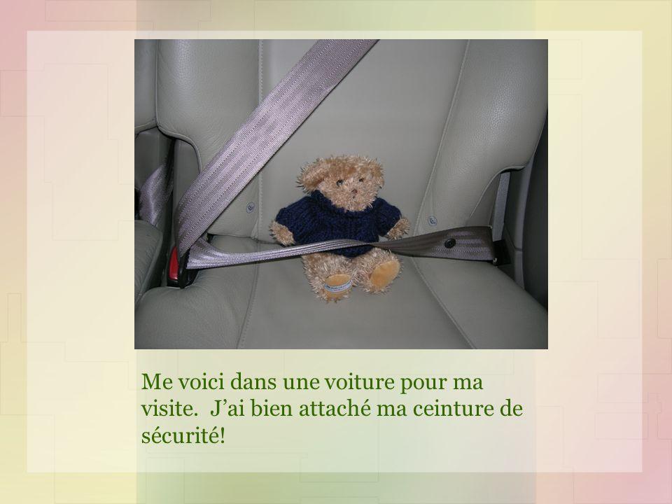Me voici dans une voiture pour ma visite. Jai bien attaché ma ceinture de sécurité!