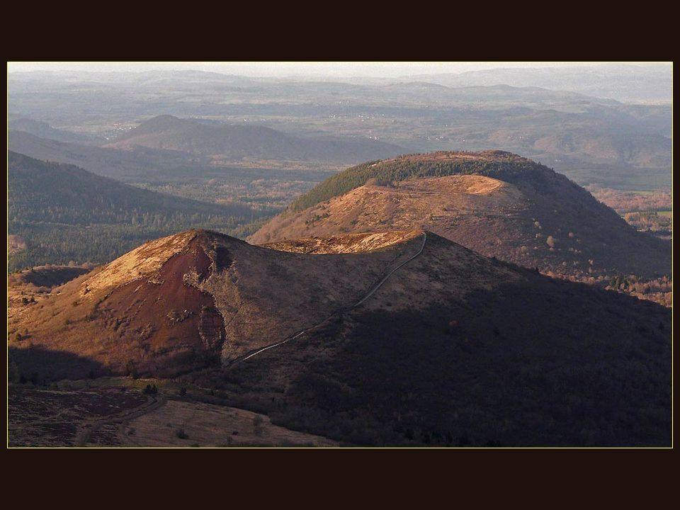 A vous, les brunes forêts automnales et les volcans dorés.