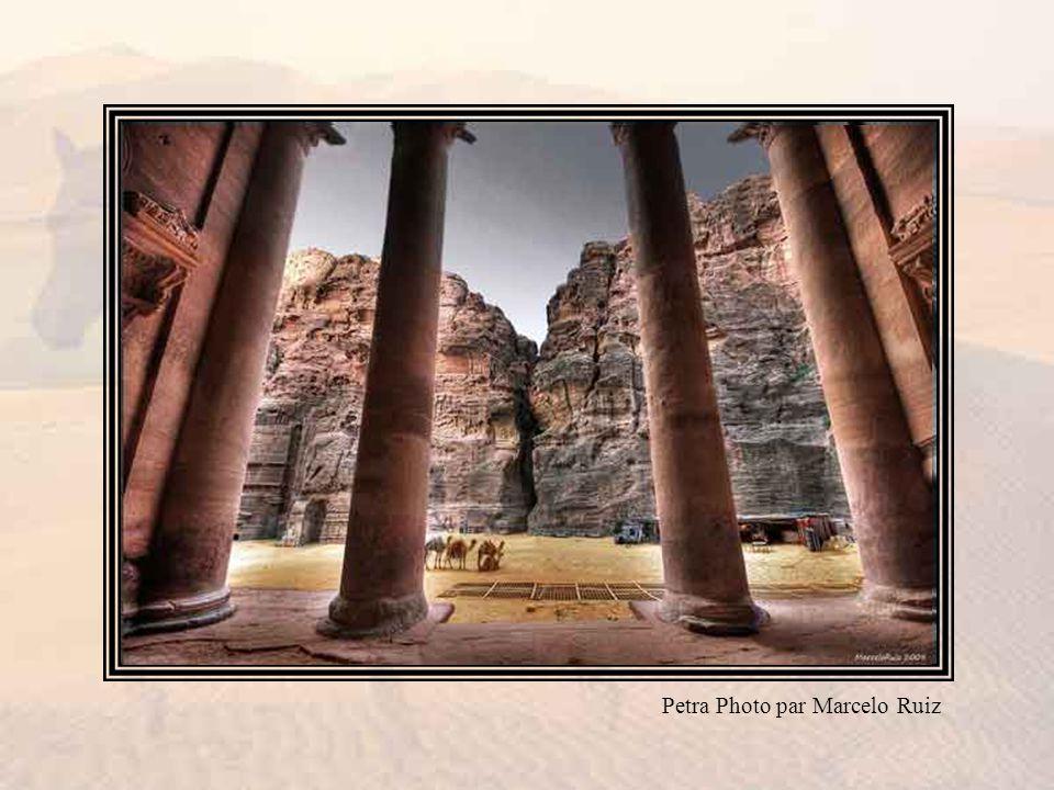 En dehors de ces étendues sauvages et arides cernées de rochers s élevaient les ruines de l empire de Zénobie, et la muraille rose veinée de Petra, « la cité couleur de rose rouge presque aussi vieille que le monde ».