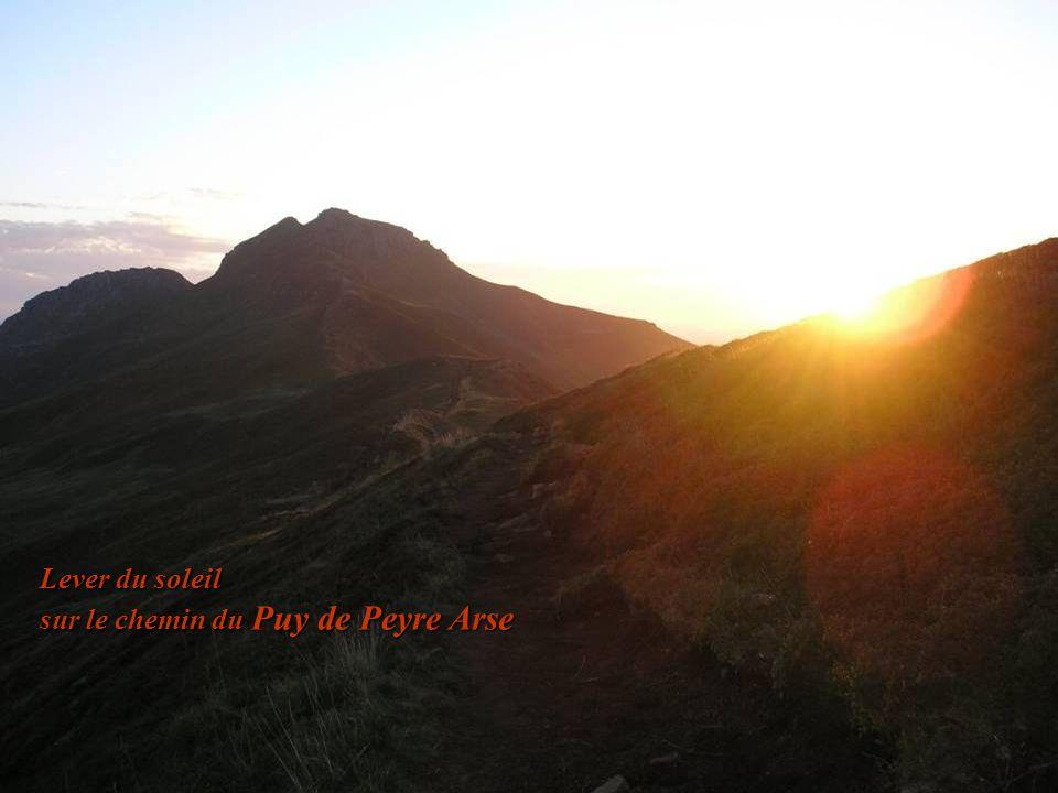 Lever du soleil sur le chemin du Puy de Peyre Arse