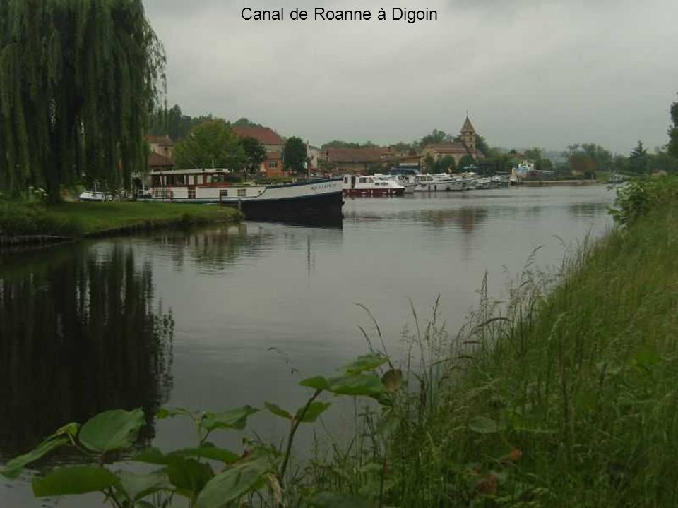 Barrage de Villerest quatre vannes ouvertes. le barrage retient une partie de la crue de la Loire