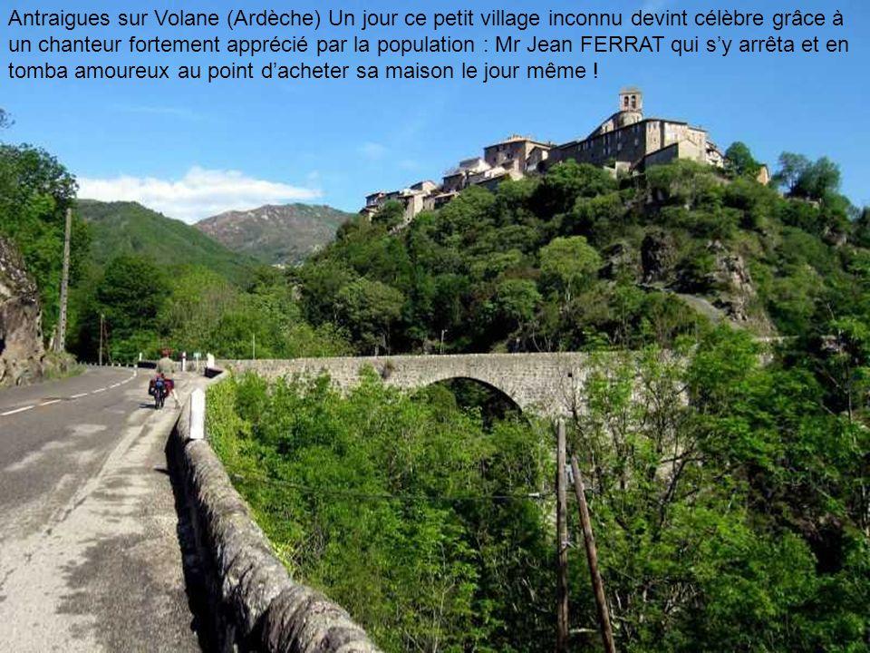 Chaumière en Brière Antraigues sur Volane (Ardèche) Un jour ce petit village inconnu devint célèbre grâce à un chanteur fortement apprécié par la population : Mr Jean FERRAT qui sy arrêta et en tomba amoureux au point dacheter sa maison le jour même !