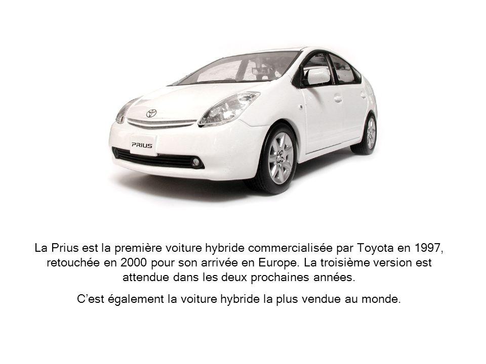 La Prius est la première voiture hybride commercialisée par Toyota en 1997, retouchée en 2000 pour son arrivée en Europe. La troisième version est att