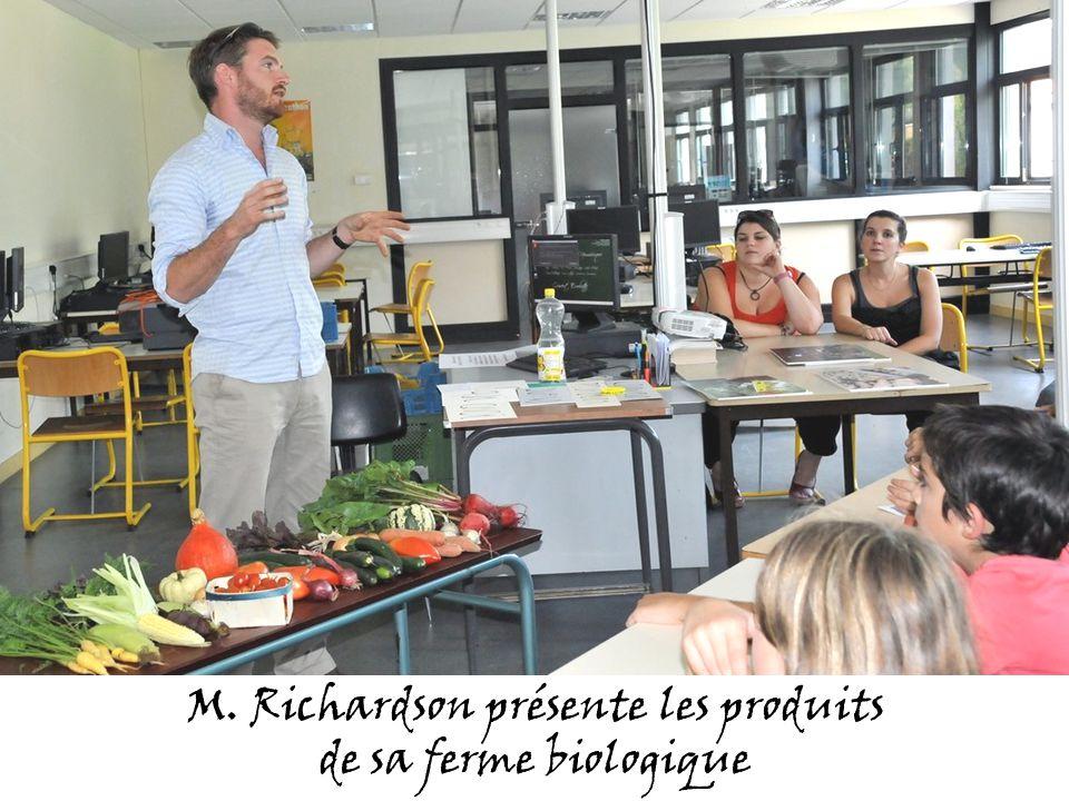 M. Richardson présente les produits de sa ferme biologique