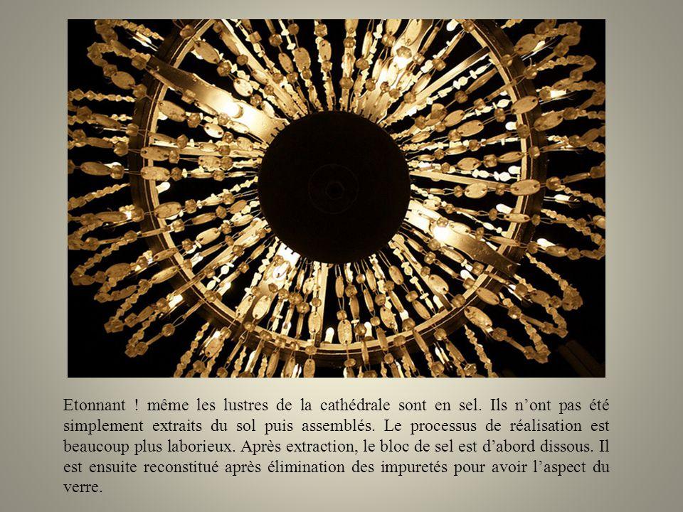 La visite de la mine fait penser à une aventure de Jules Verne. Après 150 mètres de descente par des escaliers de bois, le visiteur va découvrir des s
