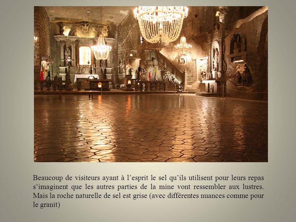 Etonnant ! même les lustres de la cathédrale sont en sel. Ils nont pas été simplement extraits du sol puis assemblés. Le processus de réalisation est