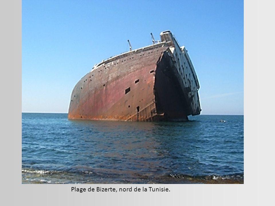 Navire rouillé qui s'enfonce lentement dans l'anse du Blavet à Lanester, Morbihan.