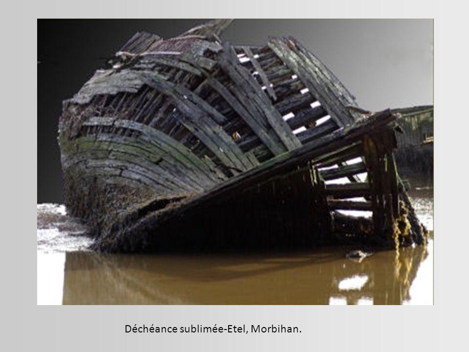 Navire rouillé qui s enfonce lentement dans l anse du Blavet à Lanester, Morbihan.