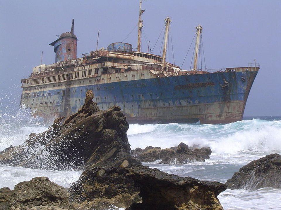 L'American Star s'est échoué en 1994, après avoir essuyé une tempête au large des Canaries. Il est resté tel quel depuis lors. Plage de Garcey sur l'î