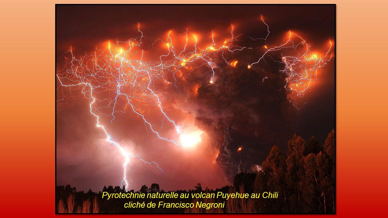 Orage volcanique, cliché de Ricardo A.Mohr Rioseco en Juin 2011 volcan du Chili dans les Andes.
