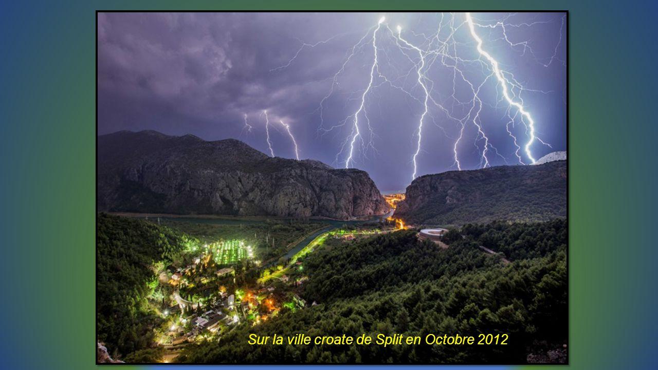 Pluie déclairs lors dun orage sur lile grecque dIcarie superposition de 70 vues