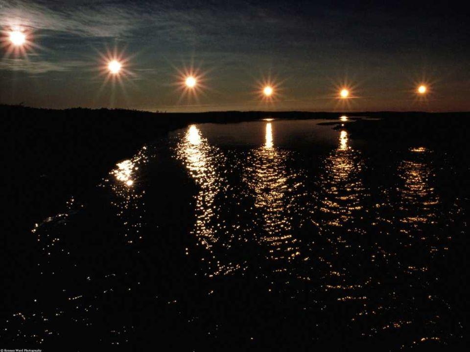 LE SOLEIL DE MINUIT Le soleil de minuit est un phénomène naturel quon peut observer au nord du cercle polaire arctique et au sud du cercle polaire antarctique : le soleil y est visible durant les 24 heures du jour dans les dates précédant le solstice.