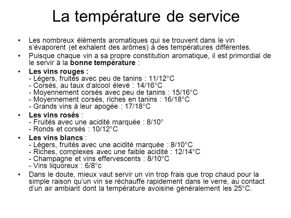 La température de service Les nombreux éléments aromatiques qui se trouvent dans le vin sévaporent (et exhalent des arômes) à des températures différe