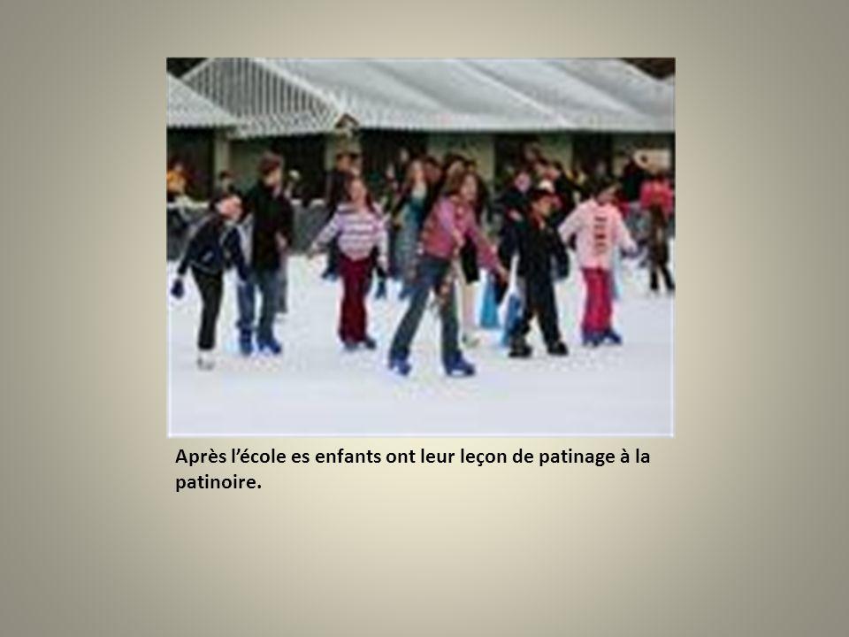 Après lécole es enfants ont leur leçon de patinage à la patinoire.