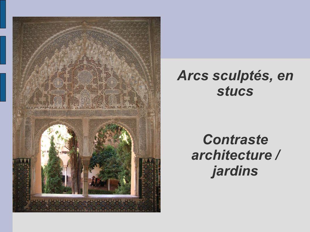 Arcs sculptés, en stucs Contraste architecture / jardins