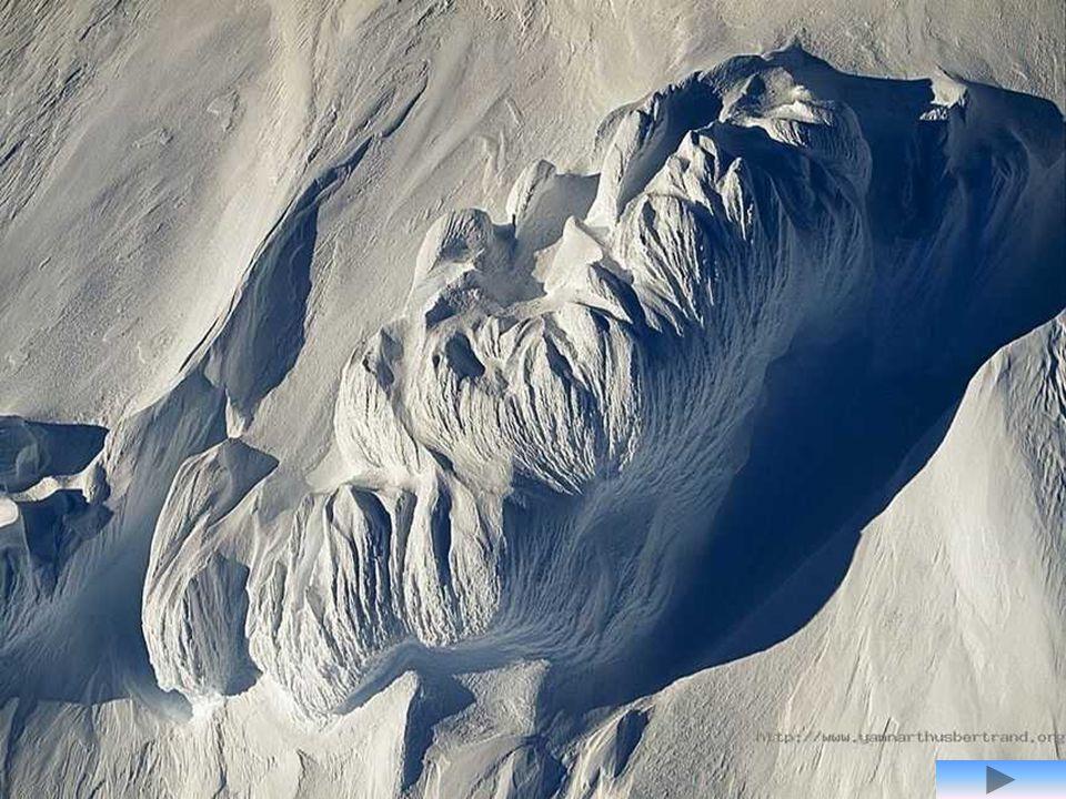 Glace sculptée par le vent au sommet du Mont Discovery, Antarctique (pôle sud) Au sommet de ce volcan éteint (2 681 m), la neige et la glace sont sculptées par les vents catabatiques qui soufflent à travers les montagnes Transantarctiques.