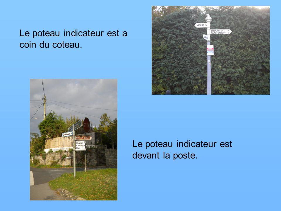 Le poteau indicateur est a coin du coteau. Le poteau indicateur est devant la poste.