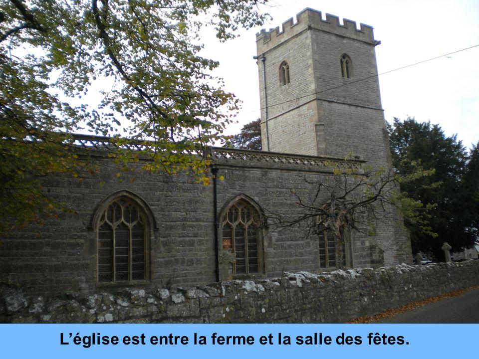 Léglise est entre la ferme et la salle des fêtes.