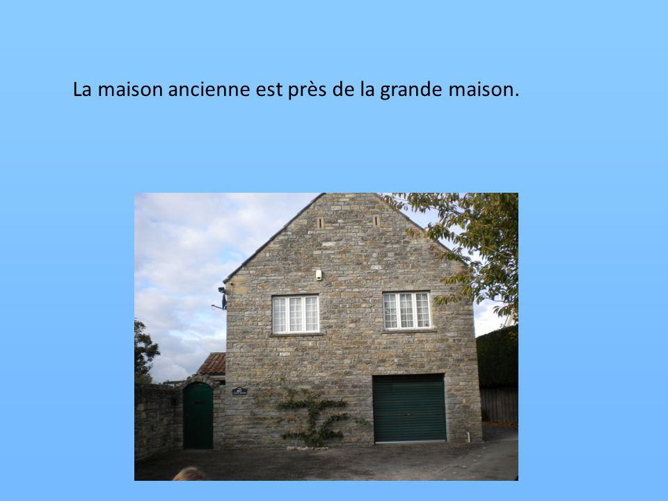 La maison ancienne est près de la grande maison.