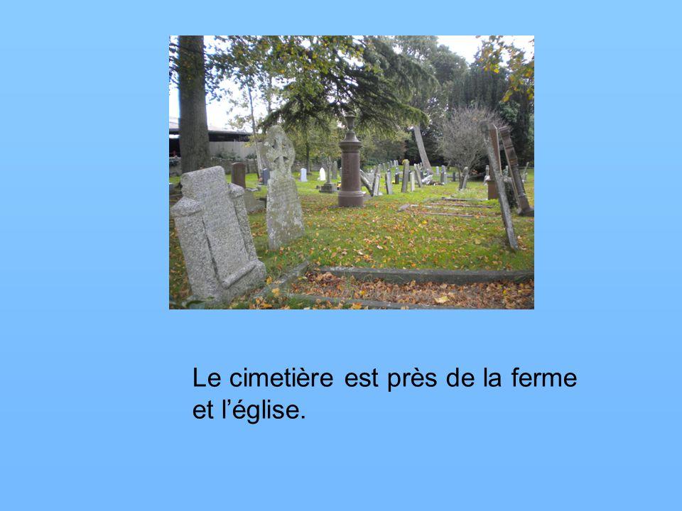 Le cimetière est près de la ferme et léglise.