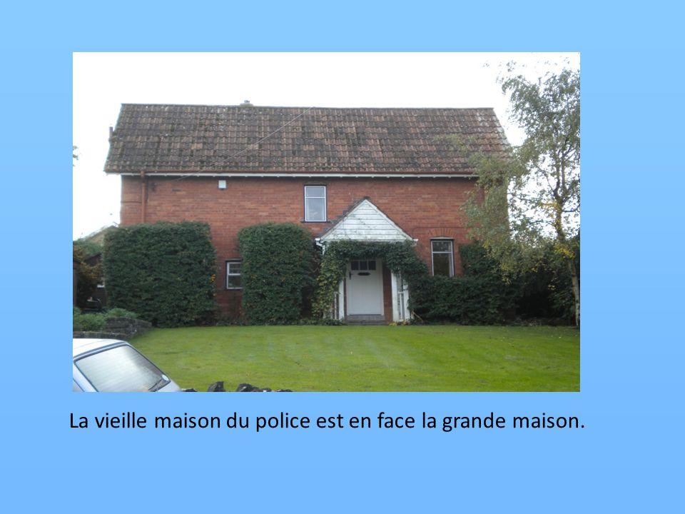 La vieille maison du police est en face la grande maison.