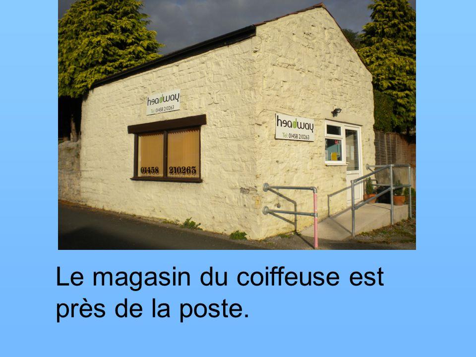 Le magasin du coiffeuse est près de la poste.