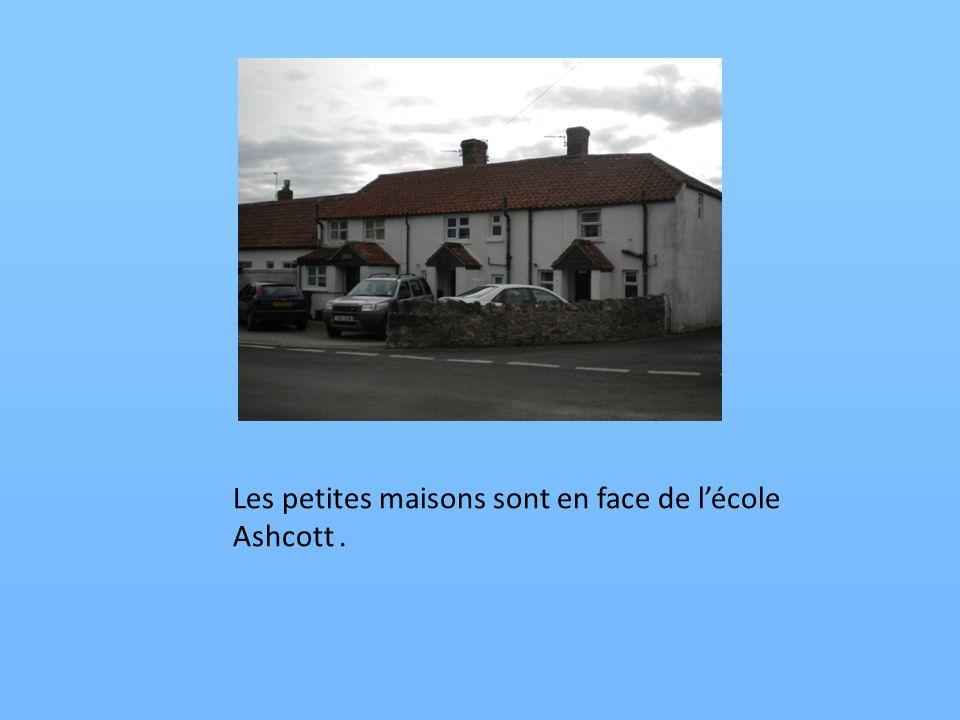 Les petites maisons sont en face de lécole Ashcott.