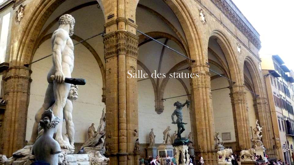 La place Della Signoria abrite plusieurs sculptures, dont une copie de David. La fontaine de Neptune