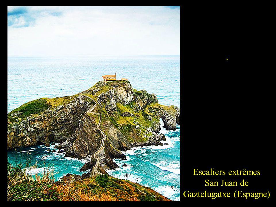 Escaliers extrêmes San Juan de Gaztelugatxe (Espagne) Pour rejoindre la presquîle San Juan de Gaztelugatxe, il faudra faire preuve dendurance et de dé