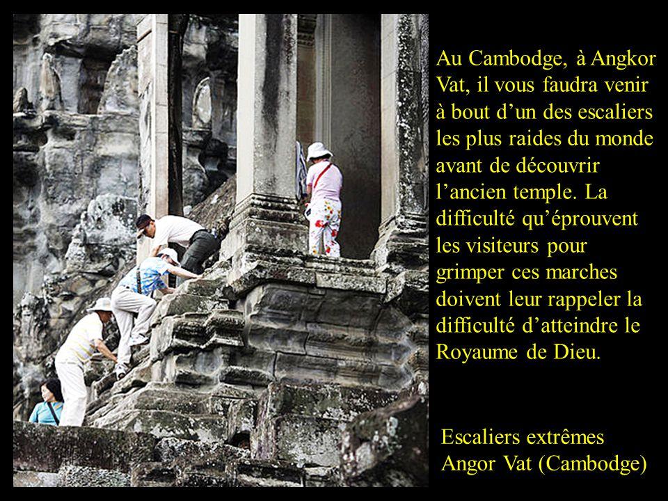 Escaliers extrêmes Angor Vat (Cambodge) Au Cambodge, à Angkor Vat, il vous faudra venir à bout dun des escaliers les plus raides du monde avant de découvrir lancien temple.