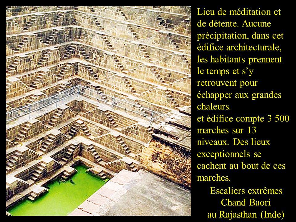 Escaliers extrêmes Chand Baori au Rajasthan (Inde) Lieu de méditation et de détente.
