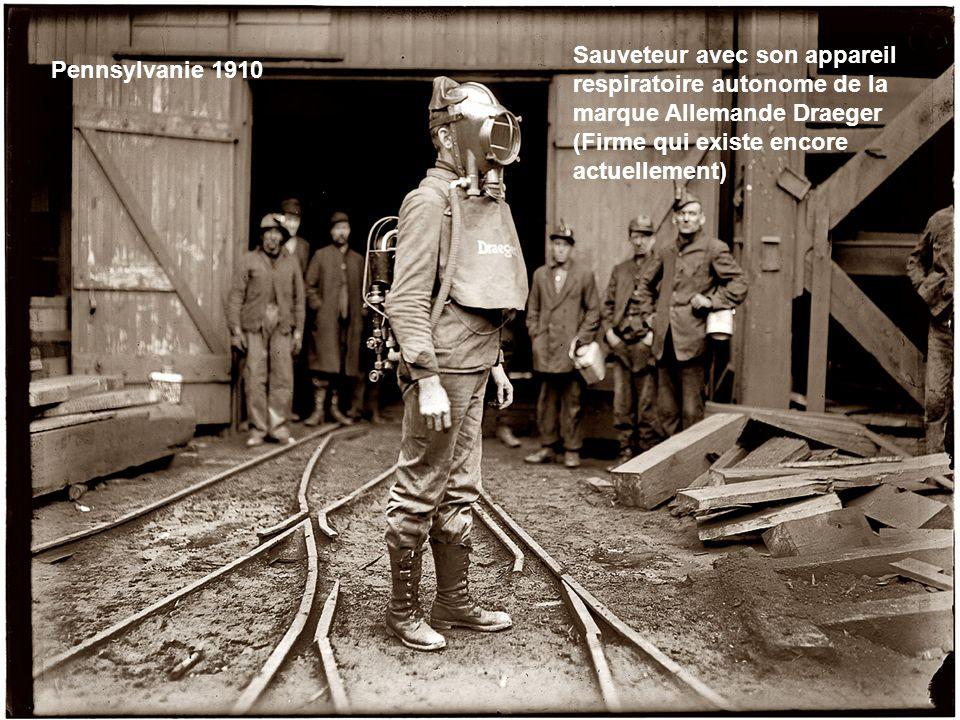 Chacun sa gamelle, les deux avec des bouts de bois sont des freineurs de berlines, beaucoup portent des gants, étonnante sécurité pour lépoque (1911)