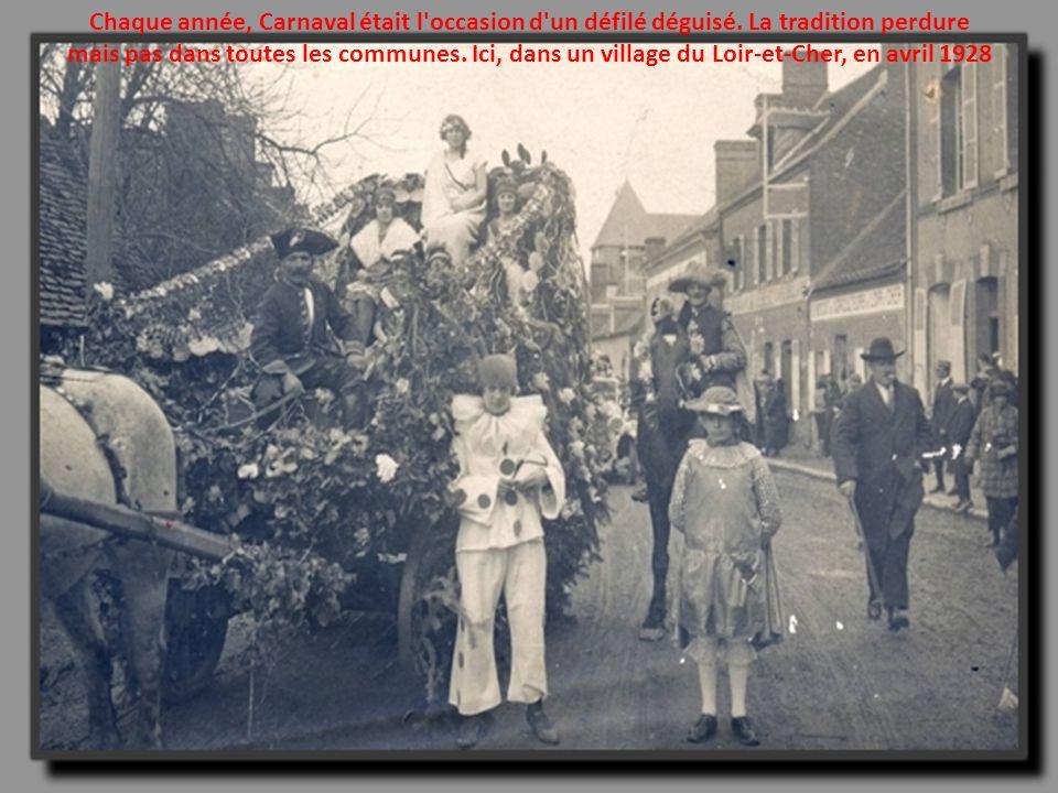 Que ce soit pour la promenade ou non, circuler à dos d'âne ou de chevaux était encore courant en 1922. Ici, dans les rues de Luchon, en Haute-Garonne.