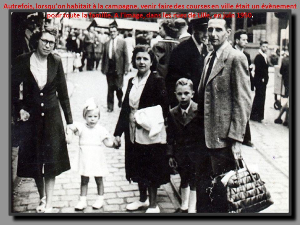 Traditionnellement, la mariée et son père ouvraient le cortège nuptial à travers les rues du village. Ici, dans le Calvados en 1950