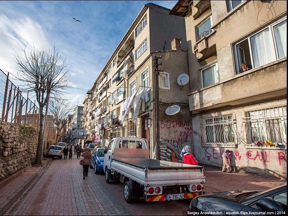 Située de part et dautre du détroit du Bosphore donc à cheval sur deux continents lEurope et lAsie, Istanbul est généralement considérée comme europée