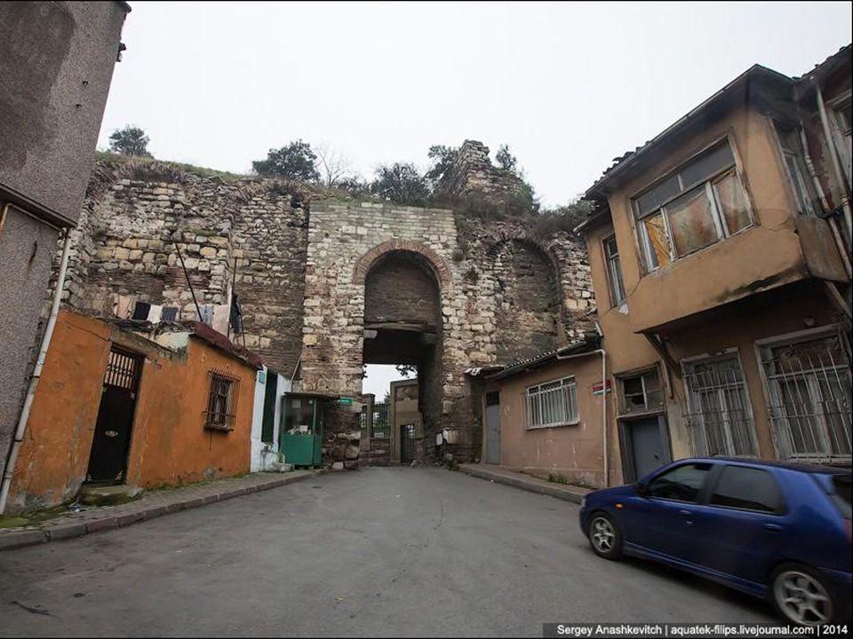 La ville dİstanbul se situe tout près de la faille nord- anatolienne. Celle-ci est une faille active qui a déjà produit plusieurs séismes très destruc