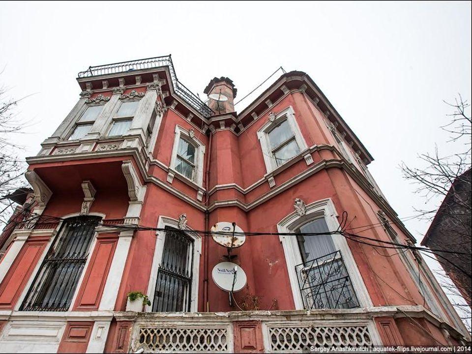 Istanbul bénéficie d'un climat tempéré, influencé par des zones continentales, mais aussi par les masses maritimes au nord et au sud. Les étés sont ch