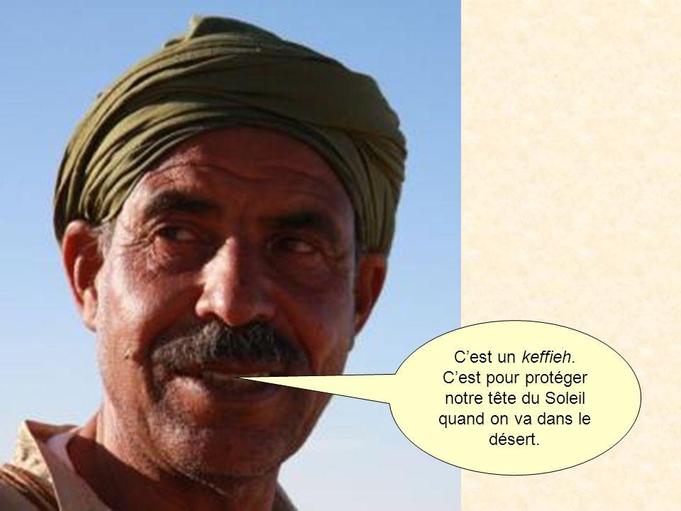 Cest un keffieh. Cest pour protéger notre tête du Soleil quand on va dans le désert.