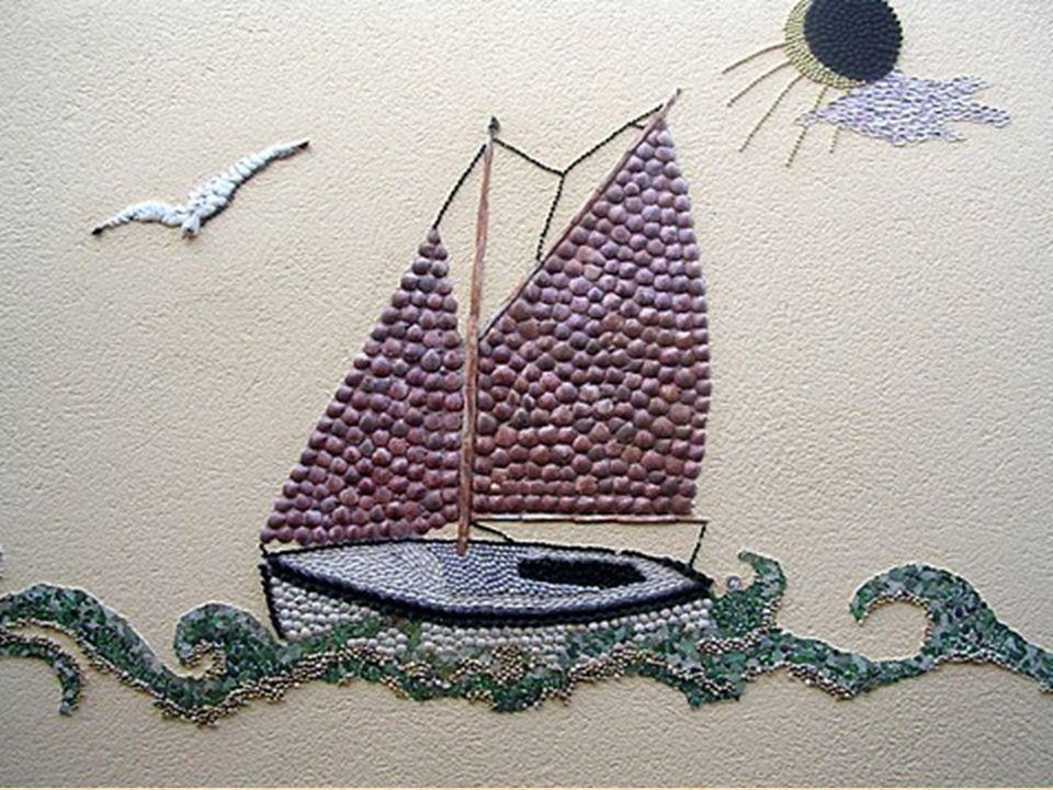 Les coquilles des fruits de mer locaux ou rapportées des voyages de Madame Coquille (Dan Arnaud-Aubin), comme les nacres, bigorneaux, pétoncles, moule